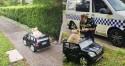 Cachorro é visto pela polícia dirigindo carro minúsculo e é multado por 'excesso de fofura'
