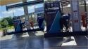 Funcionária de posto de combustível é fotografada dando banho em cachorro de rua. (Foto: Anita Hermosilla)