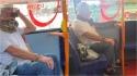 Homem é flagrado usando cobra como máscara facial em ônibus na Inglaterra. (Foto: Arquivo Pessoal/Alison Jones)