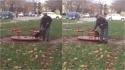 Idoso brinca com o seu cachorro em carrossel em parque. (Foto: Twitter/@akkitwts)