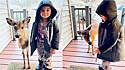 Menino de quatro anos é acompanhado por bebê cervo até a porta de casa.