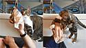 Gato apaixonado por muffins de mirtilo faz de tudo para roubar um pedaço dos clientes de cafeteria.