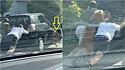 Golden retriever salta do carro quebrado para ajudar empurrá-lo ladeira a cima.