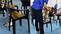 Gato é flagrado sentado em cadeira em fila de espera para vacinação contra a Covid-19.