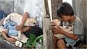 Criança moradora de rua encontra conforto e amizade em cachorro vira-lata.