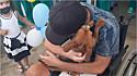 Homem passou 48 dias internado e na alta tem a melhor recepção do seu cachorro.