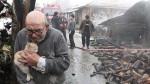 Homem de 83 anos abraça alguém muito importante depois que sua casa desabou
