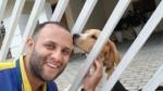 Carteiro faz sucesso nas redes sociais ao tirar selfies com seus amigos pets