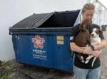 Cães jogados em lixo ficam extremamente felizes ao serem resgatados