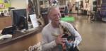 Bombeiro salva cão preso em piso de concreto