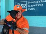 Cachorro e gari fazem sucesso na limpeza de ruas no RJ