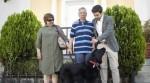 Cachorrinho aprende a levar dono idoso com Alzheimer para casa todos os dias