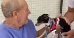 Idoso de 72 anos que sofreu AVC recebe visita de seu amado cão