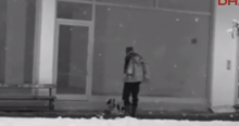Homem dá seu casaco a cachorro de rua em dia de neve na Turquia (veja o vídeo)