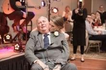 Noiva dança com pai com doença terminal em casamento e emociona a internet
