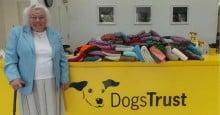 Idosa de 89 anos tricotou 450 cobertores para cães de abrigo