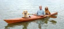 Idoso modifica caiaque para que seus cães possam acompanhá-lo em suas aventuras