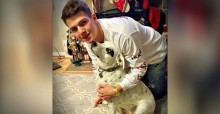 """Cachorrinha abandonada por ser """"carinhosa demais"""" é adotada por família tão amorosa quanto ela"""