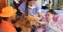 Menina de 6 anos que mora em hospital desde bebê realiza sonho de conhecer um cãozinho (veja o vídeo)