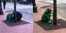Que amor: Mulher veste seu cão com jaqueta para não passar frio enquanto a espera em estabelecimento