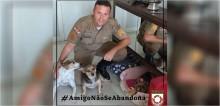 Policial militar rodoviário adota 3 cães abandonados que encontrou na rua em Santa Catarina