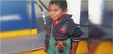 Criança comove redes sociais ao carregar seu cachorrinho em bolsa para acompanhar mãe vendedora ambulante