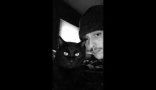 Jovem enterra gato atropelado acreditando ser o seu mas recebe surpresa