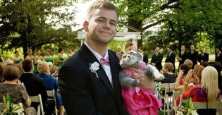Jovem sem companhia para formatura leva sua gata e ambos roubam a cena na gala