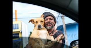 Morador de rua pede esmolas nos semáforos abraçado do seu 'cãomigo'