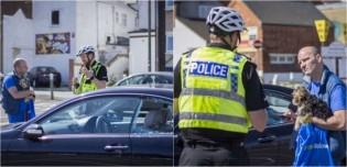 Homem quebra janela de carro na frente da polícia para salvar cachorro de sufocamento