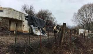Voluntários não conseguiram acreditar em quem encontraram dentro desse trailer enferrujado