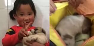 Menina chinesa de 4 anos encontra filhote de cachorro à caminho da escola e o esconde em mochila