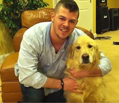 Drew Cole com a sua golden retriever, Bailey.