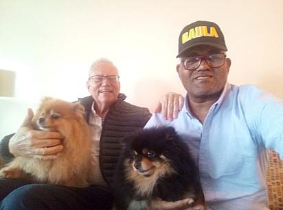 O brasileiro José Ivan Albuquerque Matias e o suíço Daniel Max Guggenheim com os dois cachorros, Fifi e Preto.
