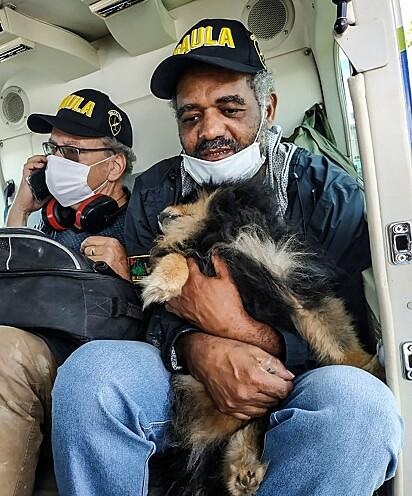 Matias (à direita) e o companheiro, o suíço Daniel Max Guggenheim (à esqueda), ao serem resgatados do cativeiro.