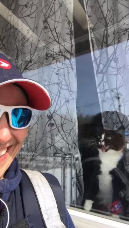 Debra Anderson vai semanalmente entregar correspondências na casa do gato. (Foto: Reprodução Youtube /  Debra Anderson)