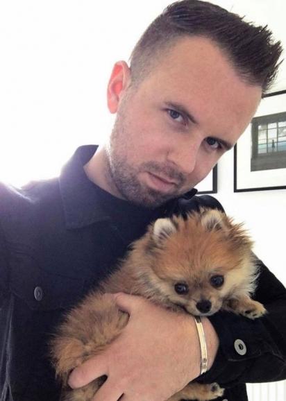 Lewis com a sua cadelinha Lani. (Foto: Reprodução/Daily Record)