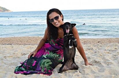 A cadela Pretinha e sua dona. Foto: Arquivo Pessoal / Stephanie Maldonado