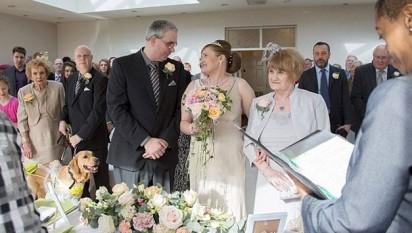 Momento em que o casamento dos noivos Claire Johnson e Mark Gaffey é celebrado. (Foto: Clara Lou Photography/Newsteam)