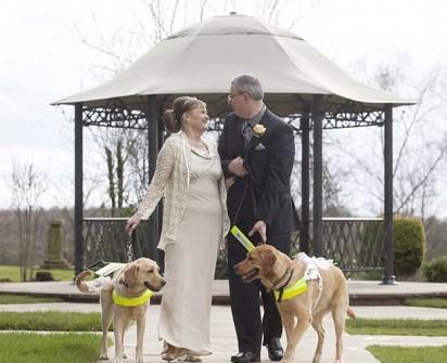 Em frente ao coreto casal registra momento único junto com seus cães. (Foto: NTI/Newsteam)