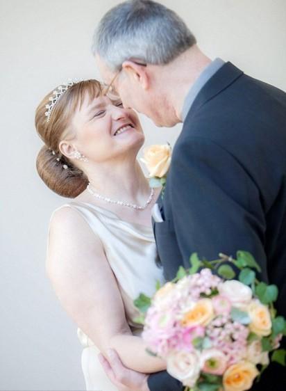 Casal Claire Johnson e Mark Gaffey trocam olhares apaixonados. (Foto: Clara Lou Photography/Newsteam)
