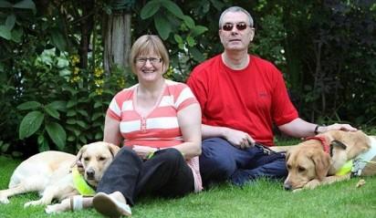Casal Claire Johnson e Mark Gaffey, estão juntos por causa dos seus cães-guia. (Foto: Dave Evitts/Newsteam)