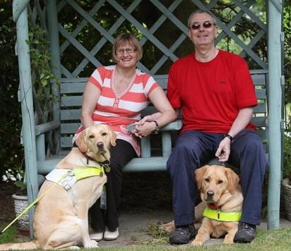 Casal Claire Johnson e Mark Gaffey, junto dos seus cães Venice e Rodd. (Foto: Dave Evitts/Newsteam)