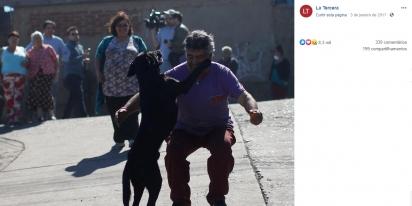 O dono emocionado vai ao encontro ao seu cão para abraçá-lo. (Foto: Facebook/La Tercera)