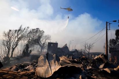 Helicóptero participou do trabalho de combate ao incêndio em Valparaíso, no Chile — Foto: Rodrigo Garrido/Reuters