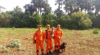 O cão bombeiro Luck, junto de sua equipe. (Instagram/@bombeirosmg)