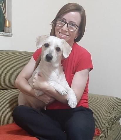 Renata Honório com um dos seus cães adotados. (Foto: Arquivo Pessoal/Renata Honório)