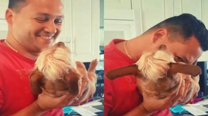 Dono faz carinho na barrida do cachorro e ele infla. (Foto: Reprodução Youtube/Daily Mop)