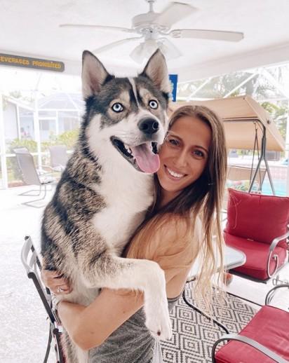 Blue, o husky siberiano, abraçado na sua dona. (Foto: Instagram/@imbluetesiberiano)