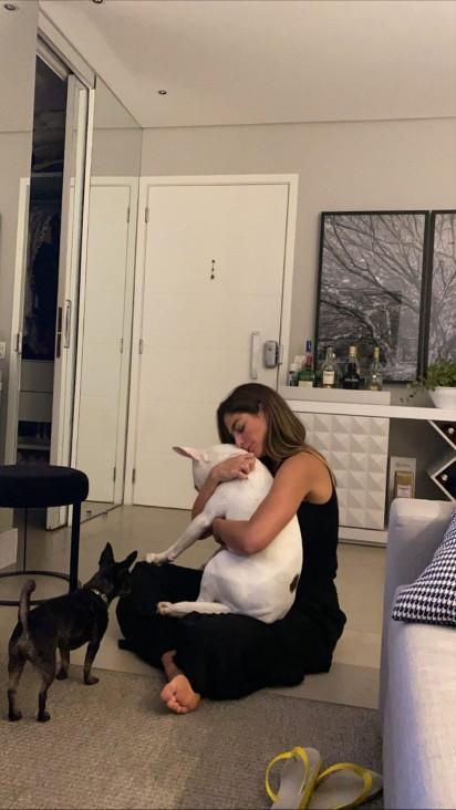 Mari Gonzalez e seu cachorro bull terrier Buddy. (Foto: Instagram/@Marigonzalez)